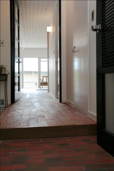 共用部からつづく、ブリックタイルの室内玄関 (ナチュラルスタイル~Heritage アイアン素材の融合~)