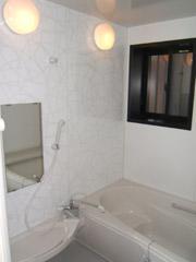 築50年の歴史ある家がまるで新築の写真 ゆったりと快適に入浴できるバスルーム