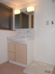 築50年の歴史ある家がまるで新築の写真 広々とした明るい洗面室