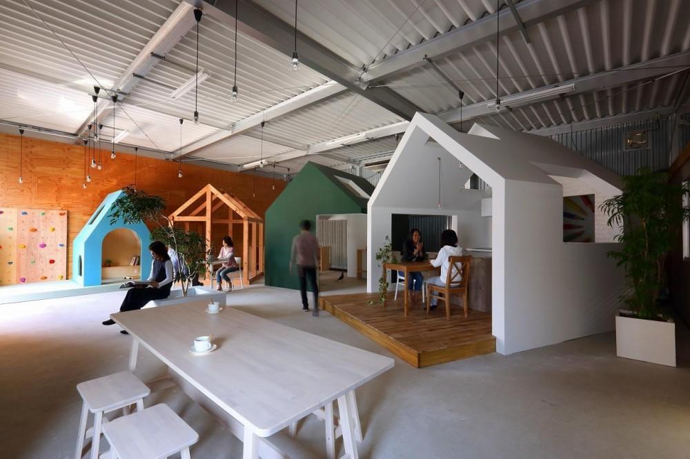倉庫の中に家型の体験施設を並べたオフィス(近江八幡のワークスペース『はちぷちひろば』) (広場)