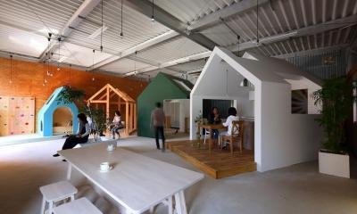 広場|倉庫の中に家型の体験施設を並べたオフィス(近江八幡のワークスペース『はちぷちひろば』)