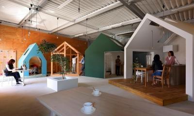 倉庫の中に家型の体験施設を並べたオフィス(近江八幡のワークスペース『はちぷちひろば』) (LDK)