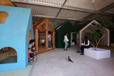 倉庫の中に家型の体験施設を並べたオフィス(近江八幡のワークスペース『はちぷちひろば』) (土間)