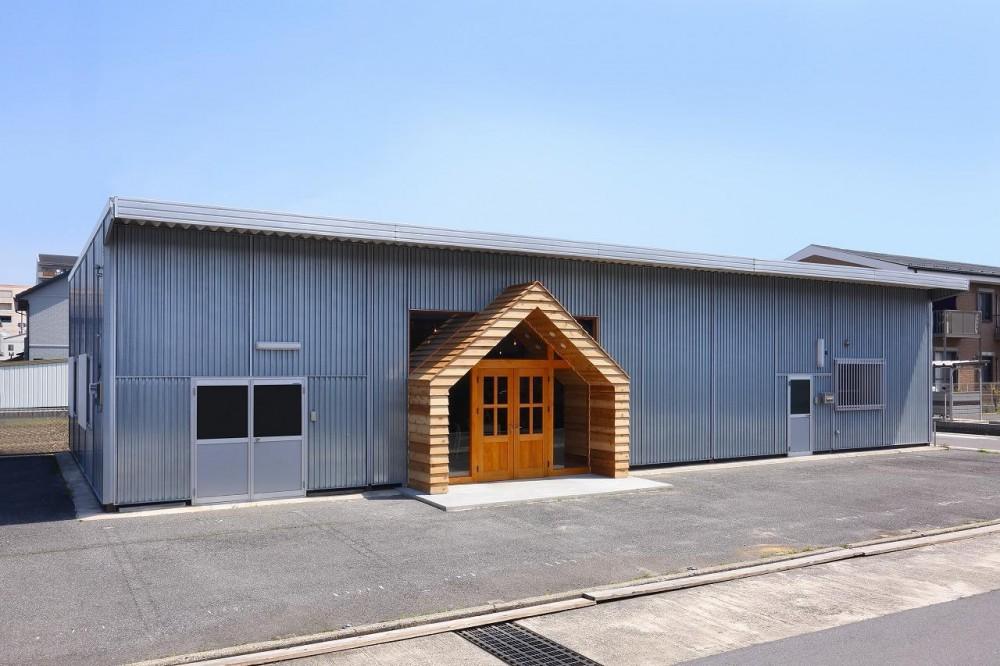 倉庫の中に家型の体験施設を並べたオフィス(近江八幡のワークスペース『はちぷちひろば』) (外観)