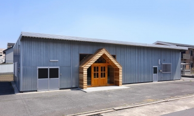 倉庫の中に家型の体験施設を並べたオフィス(近江八幡のワークスペース『はちぷちひろば』)