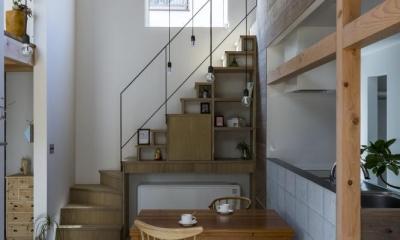 芝生丘のあるプライバシーを確保しつつ開く窓の家(宇治の家) (階段)