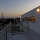 c-house_中庭と一体になるコンクリートの家の写真 Night view of terrace