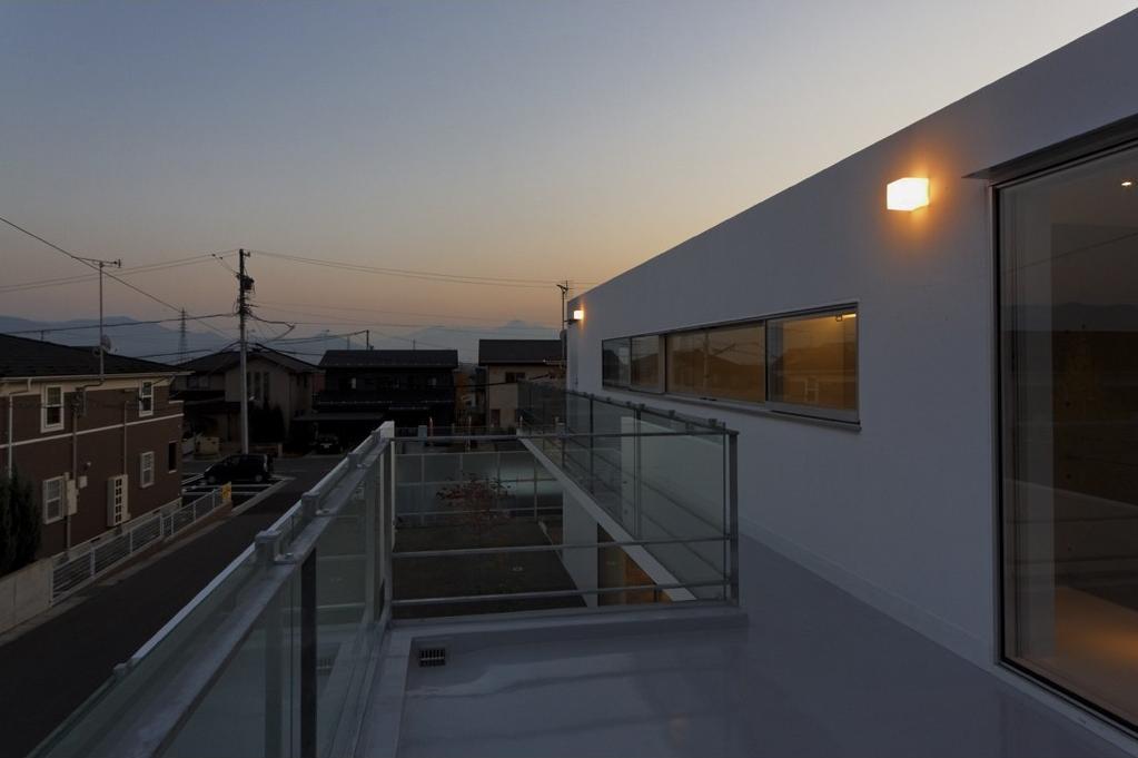c-house_中庭と一体になるコンクリートの家の部屋 Night view of terrace