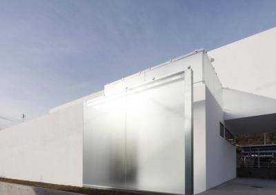 Glass wall (c-house_中庭と一体になるコンクリートの家)