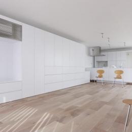 c-house_中庭と一体になるコンクリートの家 (Living room)