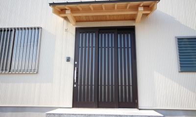 薪ストーブがある家 (庇付の玄関)