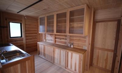 家族をつなぐ二世帯住宅 (オリジナル 木製キッチン&カップボード)