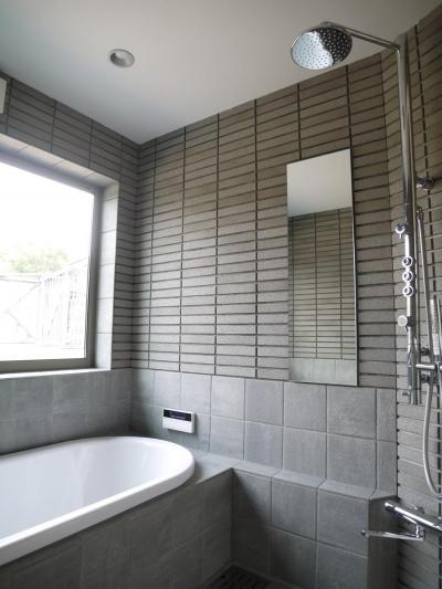 森の中のコートハウス (浴室)