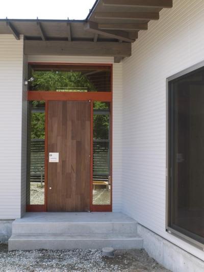 玄関 (森の中のコートハウス)