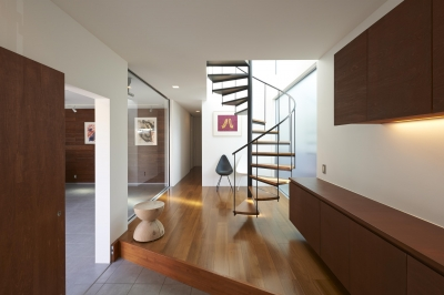 螺旋階段のある玄関ホール (富士の家)