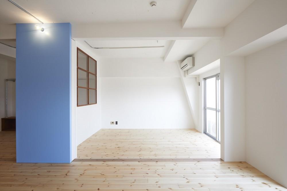豪徳寺マンション・リノベーション (白い壁と青い黒板塗料の壁)