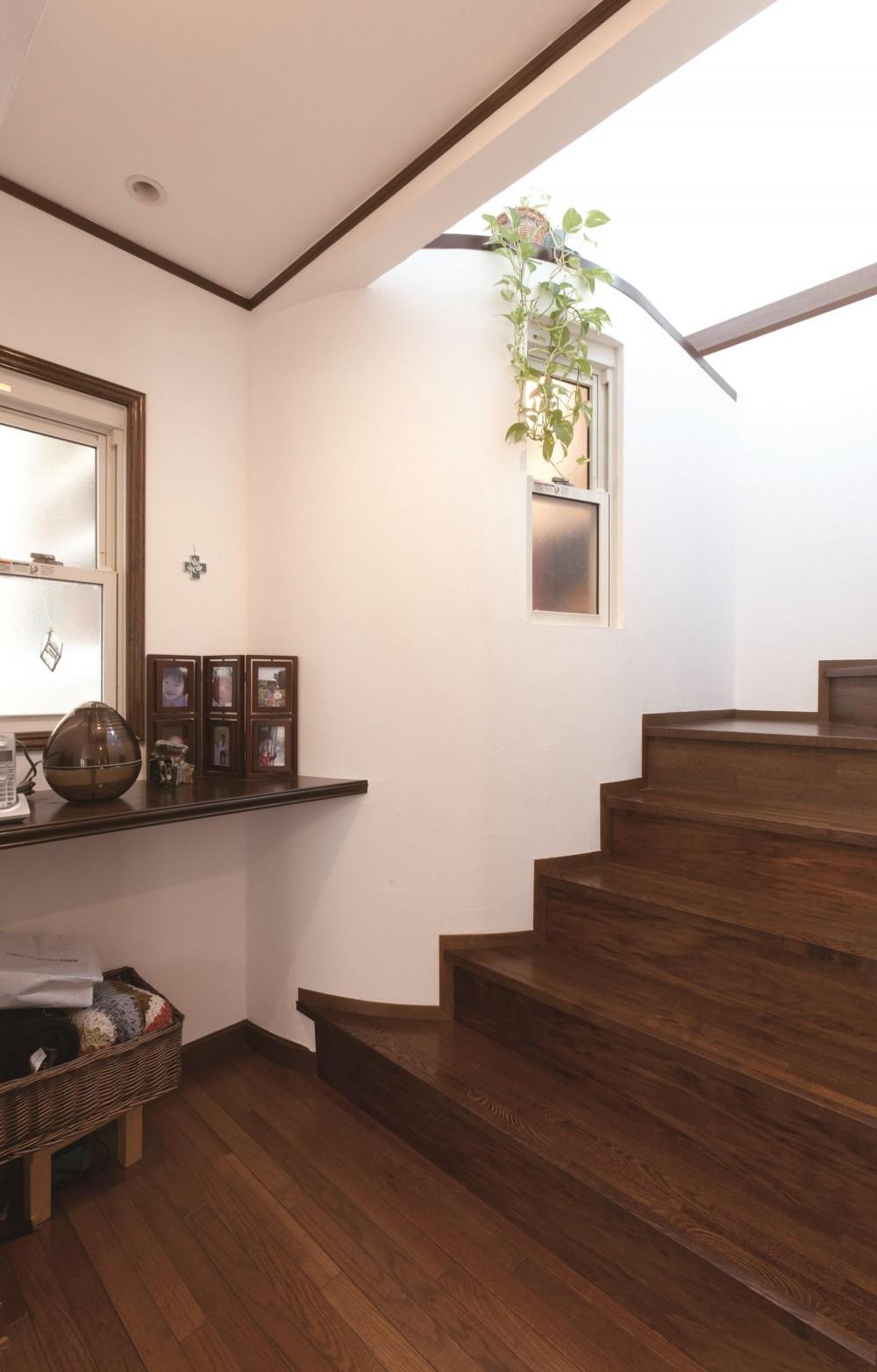 【2×4】エントランスリビング (アール壁と階段)