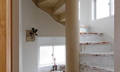 感性あふれるノスタルジースタイルの家 (2階から3階にあがる螺旋階段)