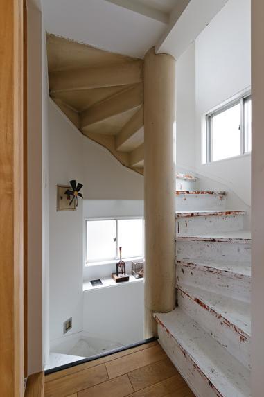 感性あふれるノスタルジースタイルの家の部屋 2階から3階にあがる螺旋階段