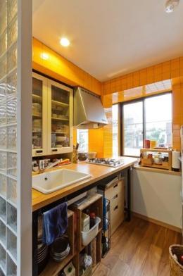感性あふれるノスタルジースタイルの家 (2階のキッチン)
