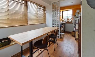 感性あふれるノスタルジースタイルの家 (キッチンと繋がるダイニング)