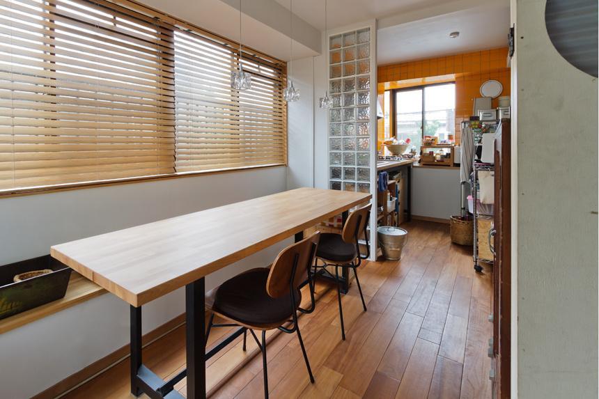 感性あふれるノスタルジースタイルの家の部屋 キッチンと繋がるダイニング