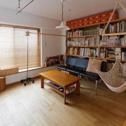感性あふれるノスタルジースタイルの家 (4階のリビングはお気に入りの本をゆっくりと愉しめる大人の空間。)