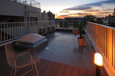 プライベートな寝室から行くことができる屋上 (夢をたくさん詰め込んだカフェスタイルハウス)