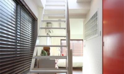 夢をたくさん詰め込んだカフェスタイルハウス (3Fへの階段)