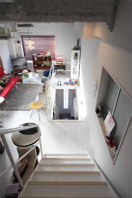 夢をたくさん詰め込んだカフェスタイルハウスの部屋 3Fから2Fへの階段