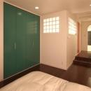 夢をたくさん詰め込んだカフェスタイルハウスの写真 緑や赤の扉がアクセントの寝室