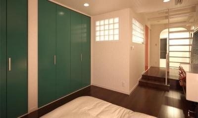 夢をたくさん詰め込んだカフェスタイルハウス (緑や赤の扉がアクセントの寝室)