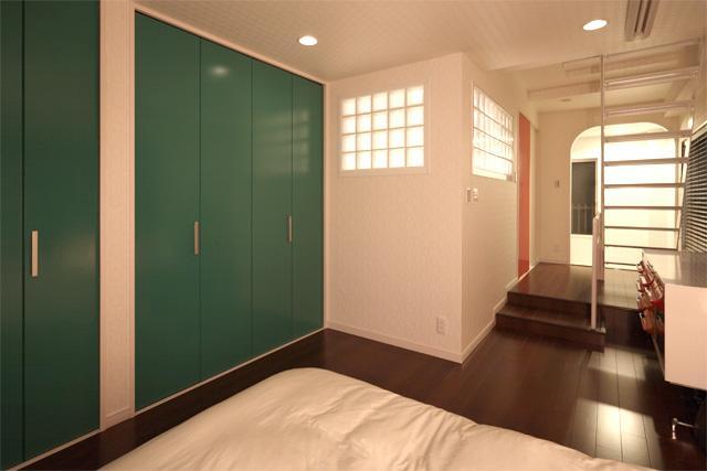夢をたくさん詰め込んだカフェスタイルハウスの部屋 緑や赤の扉がアクセントの寝室