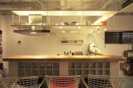 夢をたくさん詰め込んだカフェスタイルハウス (清潔感のあるカウンター)