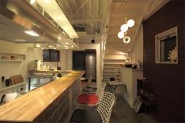 夢をたくさん詰め込んだカフェスタイルハウス (カウンターの一番奥から見た様子)