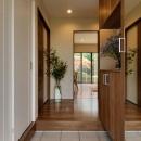 のびやかな広がりに、心が深呼吸できる家の写真 スッキリとした玄関