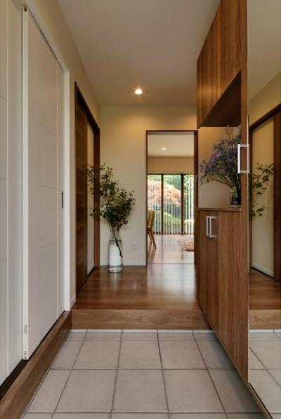 スッキリとした玄関 (のびやかな広がりに、心が深呼吸できる家)
