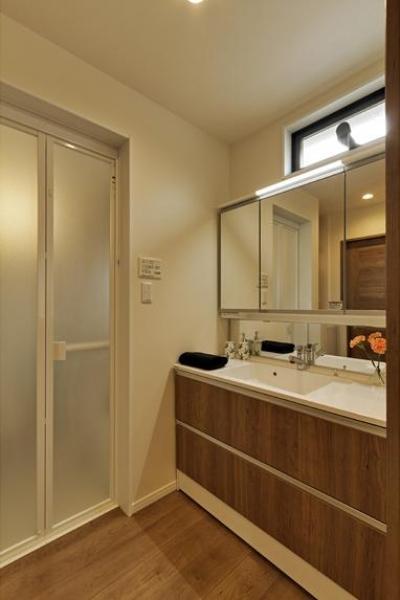 シンプルな洗面室 (のびやかな広がりに、心が深呼吸できる家)