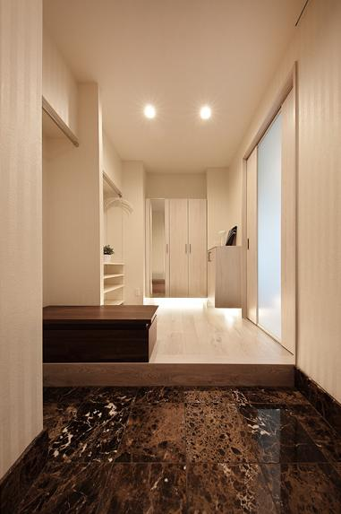 住空間にサロンをもつという選択の部屋 収納が充実した玄関