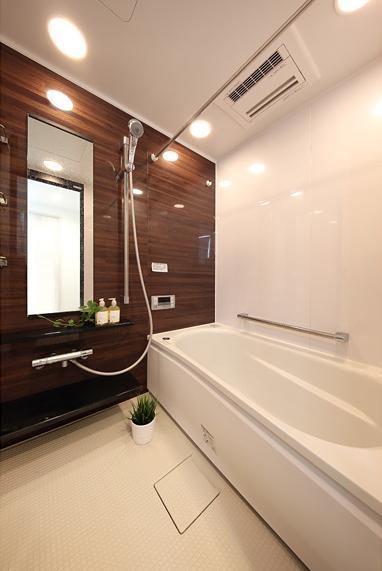 住空間にサロンをもつという選択の部屋 濃茶をベースにしたバスルーム