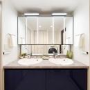 鏡面仕上げの青い扉が美しい2ボウルの洗面台