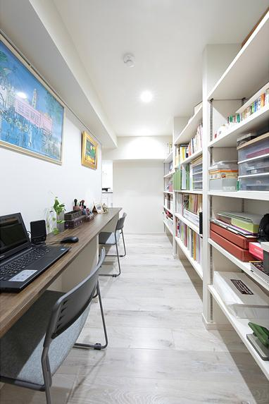 住空間にサロンをもつという選択の部屋 壁収納のある書斎