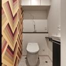 大人の秘密基地ってどう?の写真 ストライプ柄のクロスがインパクトのあるトイレ