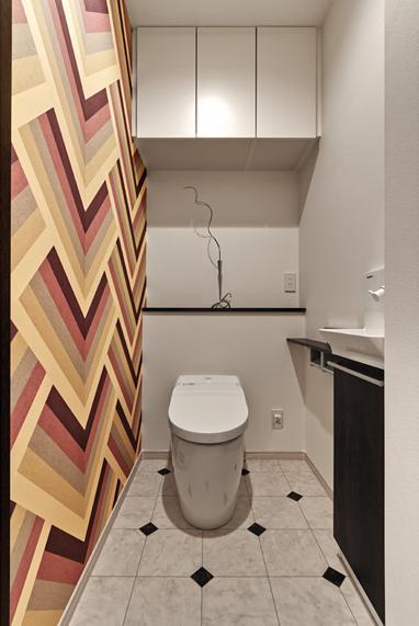 大人の秘密基地ってどう?の部屋 ストライプ柄のクロスがインパクトのあるトイレ