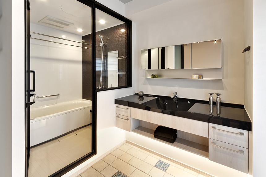 大人の秘密基地ってどう?の部屋 開放的な洗面室とバスルーム