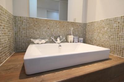 ガラスモザイクタイルがアンティークな雰囲気の造作洗面台 (北欧×フレンチアンティーク風の明るいLDK♪全面リノベーション!)