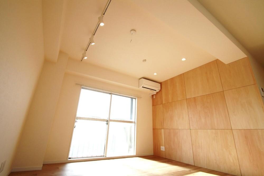 シナ材合板×ナラ樫材フローリングの伸びやか空間 (天井)