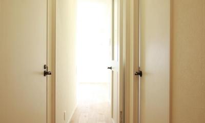 シナ材合板×ナラ樫材フローリングの伸びやか空間 (廊下)