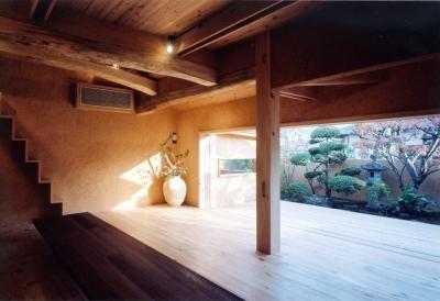 大開口により広間と一体化する中庭デッキ01 (中庭のある自宅兼そば屋|木造リノベーション)