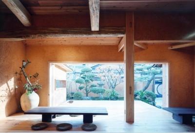 大開口により広間と一体化する中庭デッキ02 (中庭のある自宅兼そば屋|木造リノベーション)